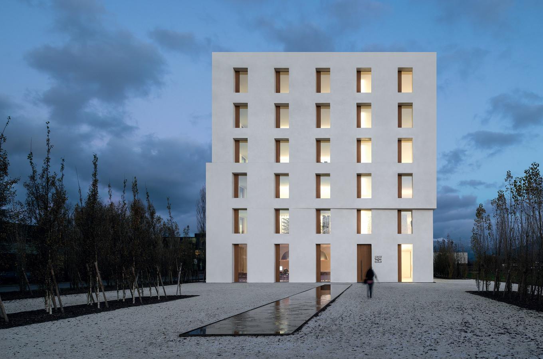 Zumtobel-2226 -Building-Lustenau-Austria-Baumschlager-Eberle-Courtyard_201606222120.jpg